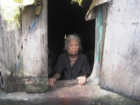 Cụ bà 95 tuổi sống đơn độc trên thuyền, lo chết không có chỗ chôn