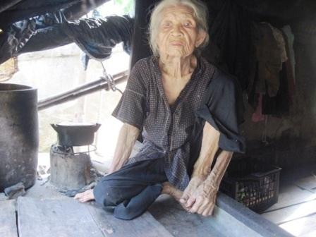 Cụ bà ở cái tuổi gần đất xa trời nhưng rất lo đến lúc nào đó chết không có chỗ chôn