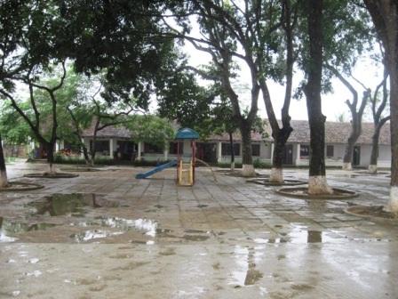 Hệ thống sân trường thấp nên thường xuyên bị ngập úng, học sinh không thể chơi ngoài trời.