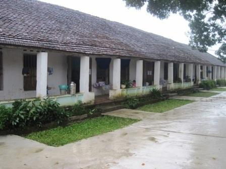 Một trong 3 dãy phòng học của nhà trường luôn trong tình trạng lụp xụp ẩm thấp.