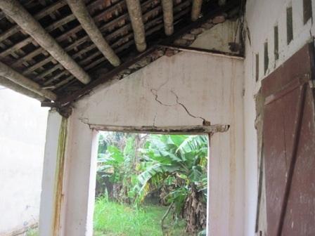 Một góc tường của dãy phòng học phía Đông đang bị nứt nẻ, xuống cấp có thể sập bất cứ lúc nào.