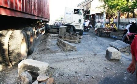 Xe container mất lái gây tai nạn liên hoàn trên phố - 1