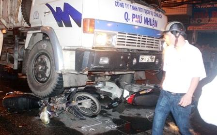 Bị xe tải cuốn vào gầm, 5 người thương vong  - 3