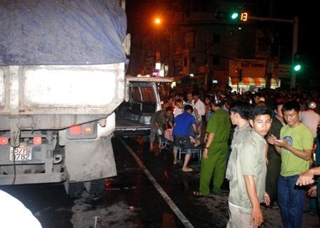 Bị xe tải cuốn vào gầm, 5 người thương vong  - 7