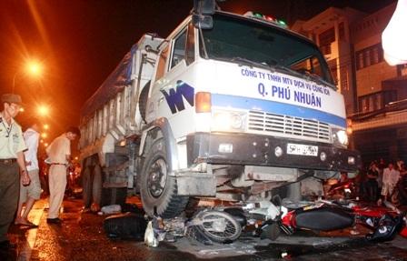 Bị xe tải cuốn vào gầm, 5 người thương vong  - 1