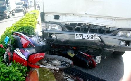 Xe tải cuốn 4 xe máy, 3 người trọng thương - 2