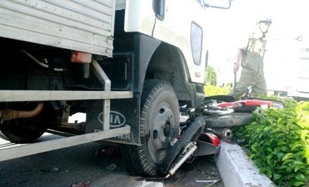 Xe tải cuốn 4 xe máy, 3 người trọng thương - 3