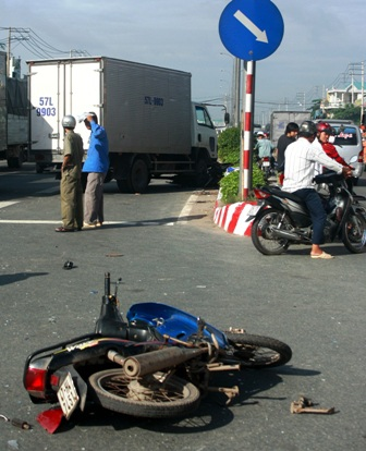 Xe tải cuốn 4 xe máy, 3 người trọng thương - 1