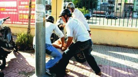 Nổ súng bắt cướp trước cổng chợ - 1