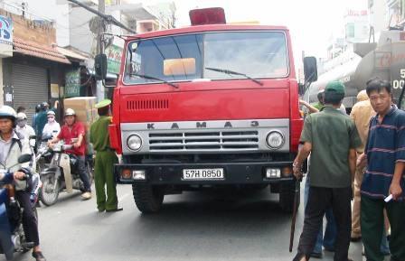 Bé trai 3 tuổi chết thảm dưới gầm xe bồn - 1