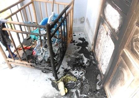 Cửa nhà bà Lệ bị xăng thiêu cháy đen