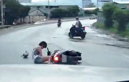 Nạn nhân gã xuống đường, may mắn chiếc ô tô đi sau kịp thời tránh né -