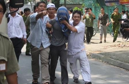 Tên bắt cóc con tin bị khống chế đưa về trụ sở công an quận Tân Bình