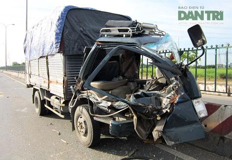 Chiếc xe tải hư hỏng nặng phần đầu sau vụ va chạm