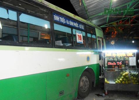 Nhiều người đã may mắn thoát nạn khi chiếc xe buýt lao vào quán hàng rong