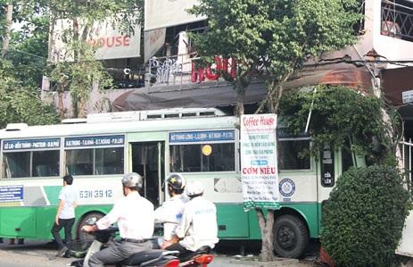 Hiện trường vụ xe buýt lao vào quán cà phê sáng 26/12