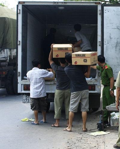 Toàn bộ số hàng và dụng cụ chế tạo nhớt xe máy được chuyển về trụ sở công an