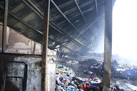 Một dãy nhà xưởng bị đánh sập