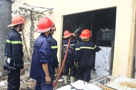 Một trụ bơm xăng trong nhà kho bị cháy đen