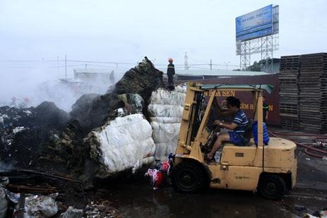 Xe nâng được đưa vào hiện trường để vớt vát những gì còn lại sau vụ cháy