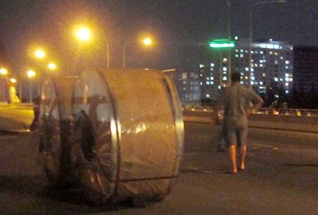Cuộn sắt nặng hàng chục tấn lăn trên cầu Ông Lớn