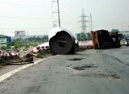 Vụ cuộn sắt rơi trên cầu vượt Trạm 2 (quận Thủ Đức) và khu vực vòng xoay An Lạc (quận Bình Tân)