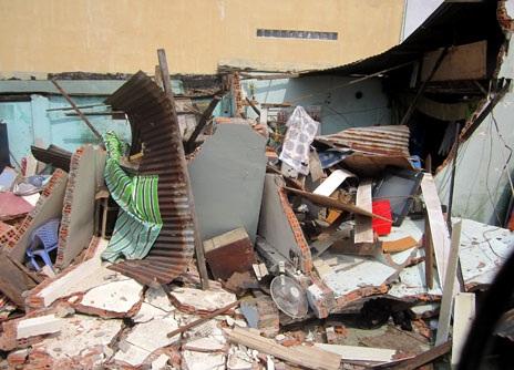 Căn nhà cấp 4 bị đổ sập, vùi lấp toàn bộ đồ đạc bên trong