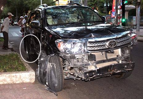 Thời điểm dừng lại cách hiện trường ban đầu khoảng 200m, chiếc ô tô gây tai nạn đã bị bể bánh sau.