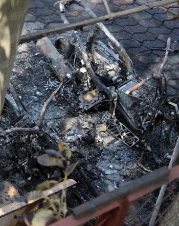 Hai chiếc xe máy bị cháy rụi, trơ khung