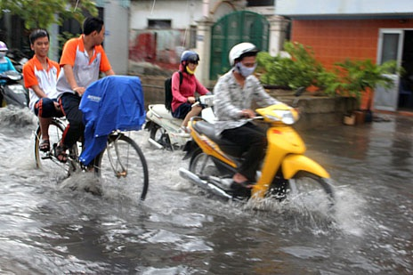 Cơn mưa làm dịu cái nắng oi bức của Sài Gòn
