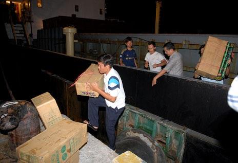 Lực lượng chức năng thu giữ số súng, đạn lậu trên tàu Thái Bình 27