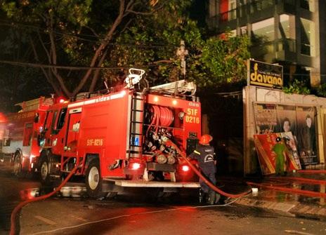 Xe cứu hỏa có mặt tại hiện trường, dập tắt kịp thời đám cháy