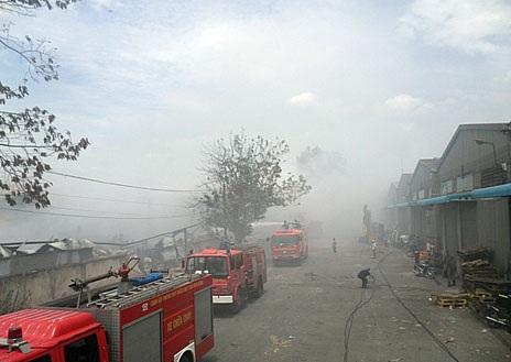 Hơn 14 giờ sau khi vụ cháy xảy ra, xe cứu hỏa vẫn đang có chữa cháy tại hiện trường