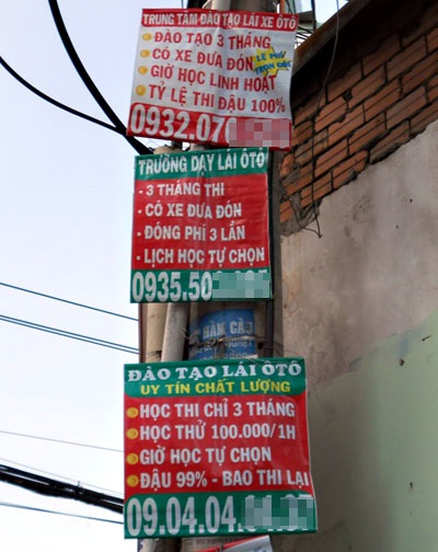 3 tấm biển quảng cáo cùng nằm chung một cột điện