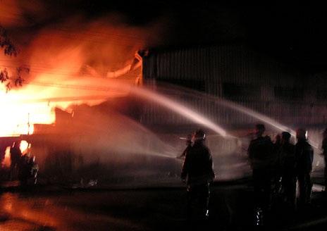 Lính cứu hỏa nhanh chóng đến hiện trường