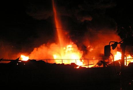 Khoảng 21h, ngọn lửa bùng cháy dữ dội tại tổng kho hàng của ngân hàng Sacombank
