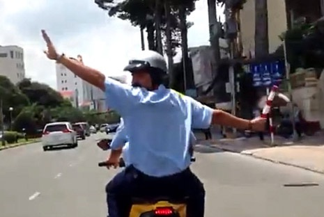 Hành động múa gậy, chặn đầu xe…là vi phạm luật giao thông đường bộ
