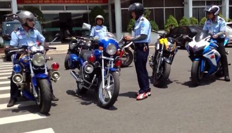 """Những chiếc mô tô """"khoe dáng"""" trong sân bay"""