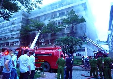Lực lượng cứu hỏa tiếp cận vụ cháy