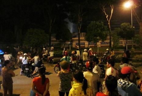 Đến buổi tối,nhiều công nhân vẫn tụ tập bên ngoài ngóng tin