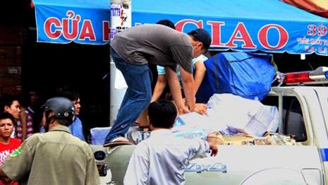 Lực lượng chức năng thu giữ thuốc lá lậu tại một kho bí mật tại trung tâm thành phố