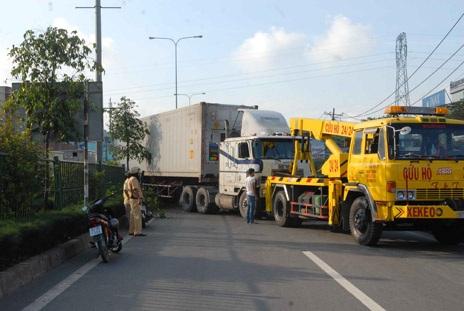 """Xe container """"đại náo"""" trên quốc lộ"""