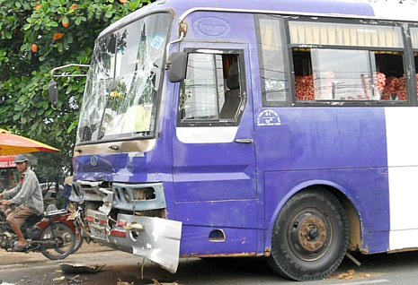 Một xe khách hư hỏng nặng phần đầu sau vụ tai nạn