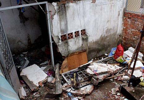 Phía sau căn nhà xảy ra vụ nổ bị đánh sập hoàn toàn