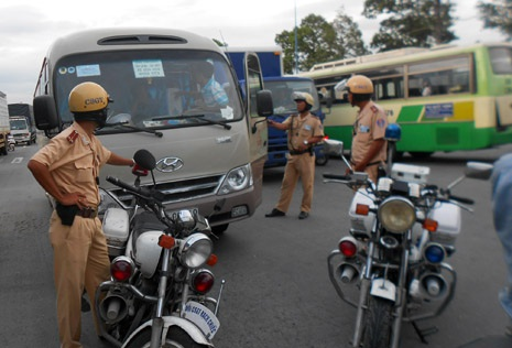 Lực lượng chức năng yêu cầu tài xế xe khách xuống làm việc