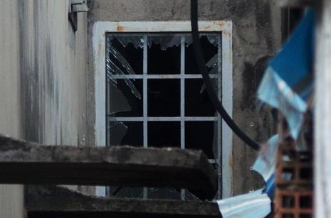 Một ô cửa kính bị sức ép của vụ nổ làm vỡ vụn
