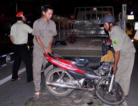 Chiếc xe máy biến dạng sau cú tông kinh hoàng được đưa về trụ sở công an