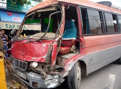 Chiếc xe khách hư hỏng sau vụ va chạm với xe bồn