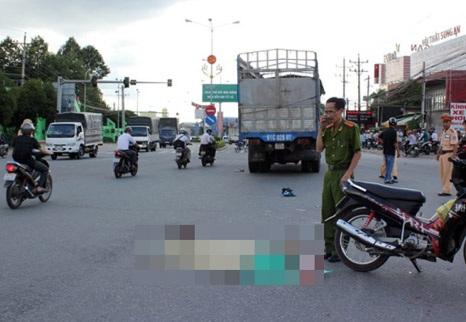 Hiện trường vụ tai nạn giữa xe tải và xe máy khiến một phụ nữ thiệt mạng