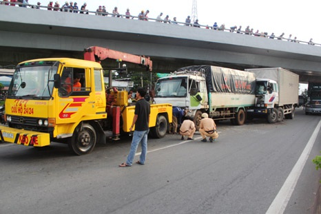 Hiện trường vụ tai nạn giữa 5 xe ô tô dưới gầm cầu vượt Quang Trung
